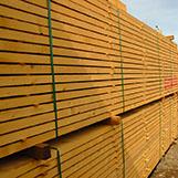 stavební řezivo v areálu