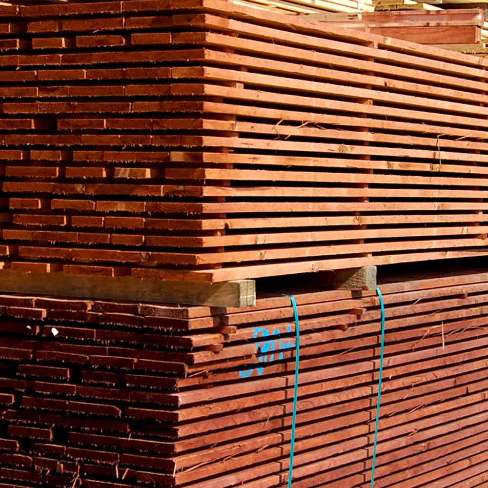 dřevěné hranoly v areálu Marušík Holz s.r.o